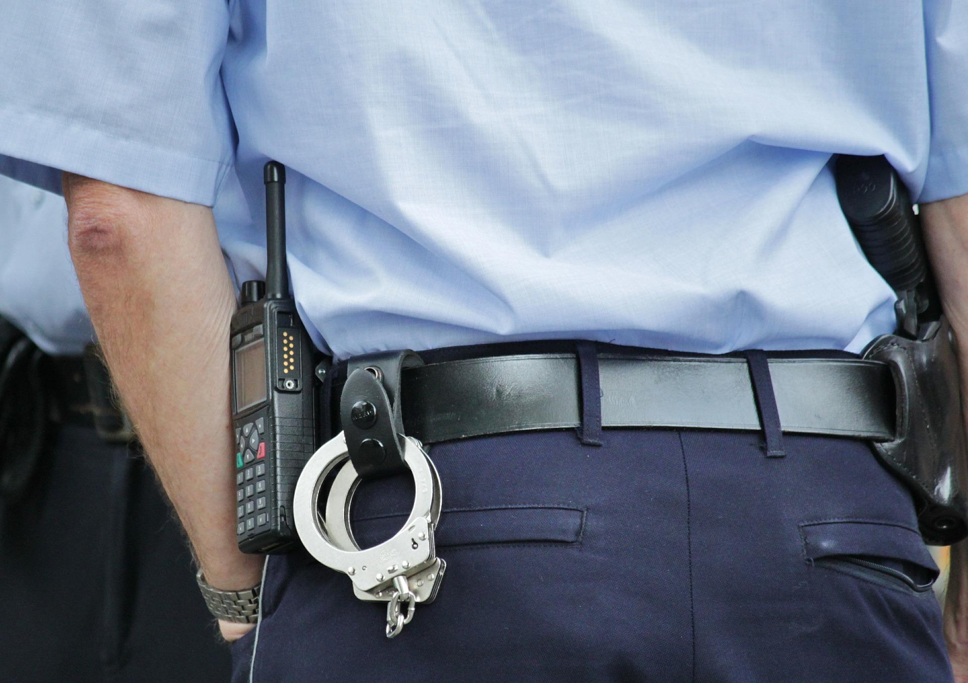 einsatzwagen_polizei_fahrzeug_pkw_auto_blaulicht_polizist_einsatz_uniform