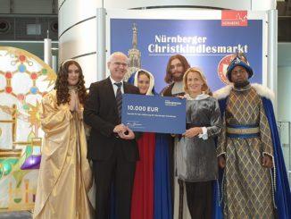 Dr. Karoline Haderer_Scheck_10.000 Euro_Bürgermeister_Dr. Klemens Gsell_nürnberger christkindlesmarkt_nürnberger versicherung_nürnberg
