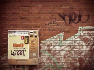 zigaretten_automat_zigarettenautomat_wand_mauer_ziegel_backstein_ziegelstein_graffiti