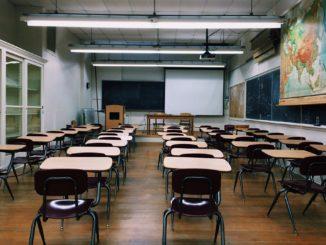 klasse_klassenzimmer_schule_lernen_unterricht_tische_stühle_klassenraum