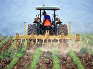 Symbolbild: Traktor beim Felder mit Pestiziden gießen