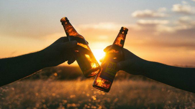 bier_bierflasche_genuss_sonne_feld_draußen