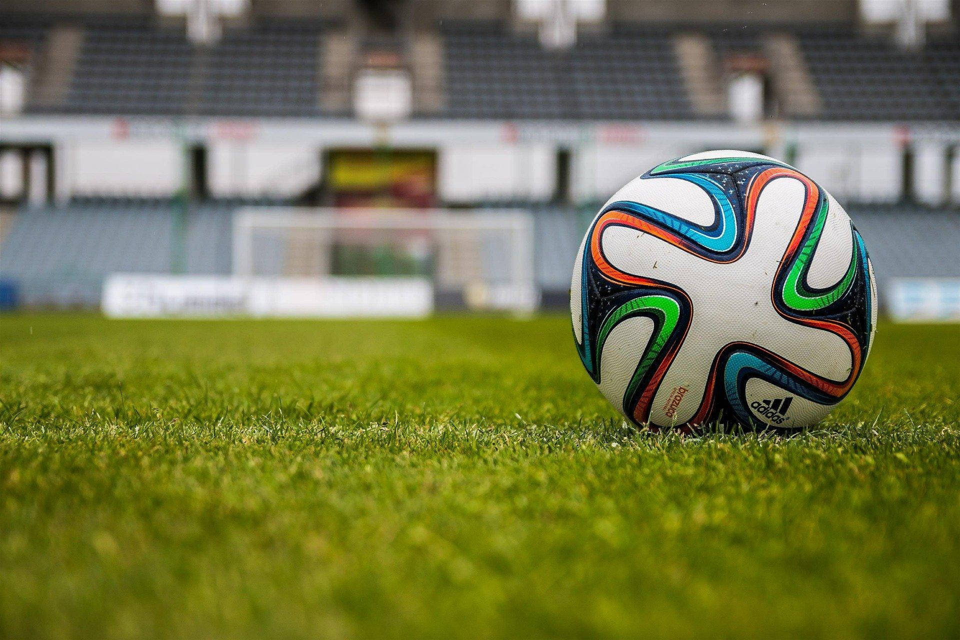 fußball_stadion_rasen_grün_ball_adidas