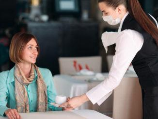 In Restaurants müssen Hygiene- und Abstandsregeln eingehalten werden. - David Tadevosian/shutterstock.com