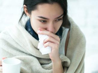 Sowohl warme als auch kalte Wickel können Erkältungssymptome lindern - Irina Bg / Shutterstock.com