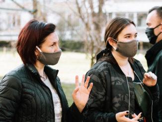 Die Maskenpflicht erschwert die zwischenmenschliche Kommunikation. - Fedosenko Daryna / Shutterstock.com