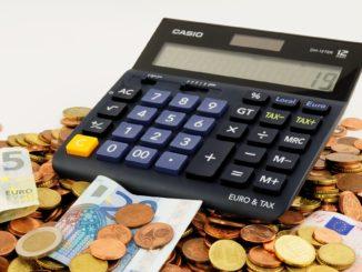 Symbolbild: Taschenrechner und Geld