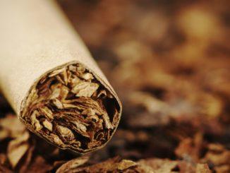 Symbolbild: Tabak und eine gestopfte Zigarette