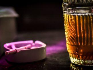 Zigaretten und ein Glas Bier - Bild: forus via Twenty20