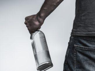 Symbolbild: Mann mit Alkoholflasche