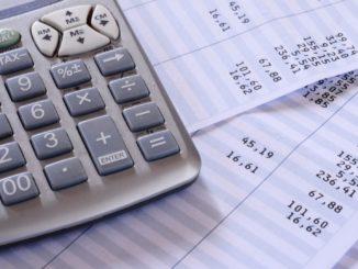 Lohnabrechnungen und Taschenrechner