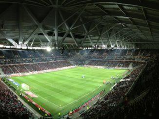 Fußballstadium mit zahlreichen Fußballfans